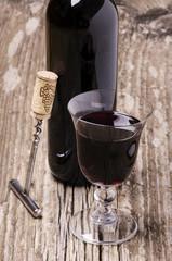 calice di vino ,bottiglia e cavatappi