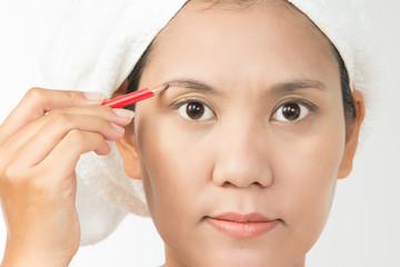 woman using eyebrows pencil