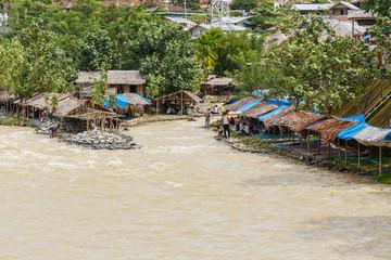 Bukit Lawang, Hutten langs de rivier