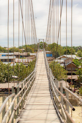 Loopbrug over de rivier in Bukit Lawang