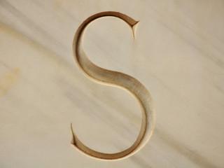 Letra S, inscripción, grabada, mayúscula
