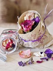 Flores y hojas secas en bolsa de papel