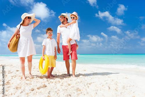 Leinwanddruck Bild Family on a tropical beach vacation