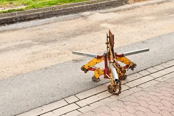 Ein Schachtgreifer - Schachtversetzzange steht auf der Strasse