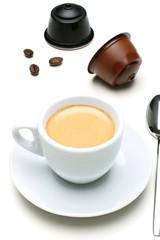 caffe espresso capsule su tavolo bianco