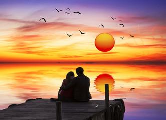 escena romantica en el embarcadero del lago