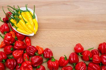 Chilis auf Holzbrett