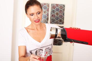 junge Frau konzentriert beim Kaffee ausschenken