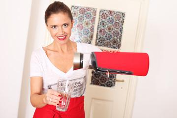 junge Frau beim Kaffee ausschenken