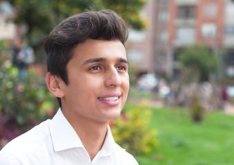 Student aus Brasilien schaut verträumt