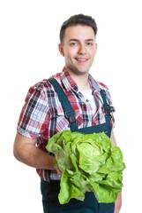 Junger Gärtner zeigt seinen Salat