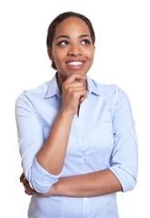 Junge Frau aus Afrika schaut verträumt