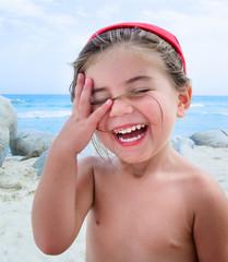 Bambina al mare che ride