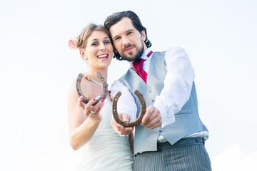 Brautpaar mit Hufeisen als Glückssymbol