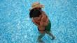 Madre abrazando a su hijo en la piscina