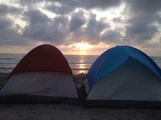 campamento de verano en la playa al atardecer