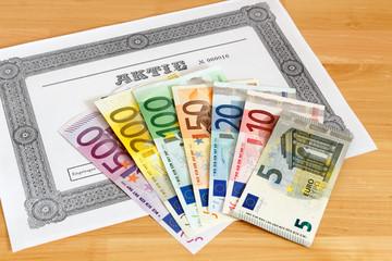 Aktie mit aufgefächerten Geldscheinen