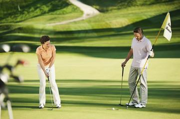 Italien,Kastelruth,Golfer Golf spielen auf dem Golfplatz