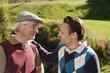 Italien,Kastelruth,Golfer auf dem Golfplatz,lächelnd