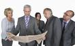 Business-Leute lesen Zeitung vor weißem Hintergrund