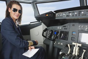 Frau Flugkapitän mit Karte in der Flugzeug-Cockpit