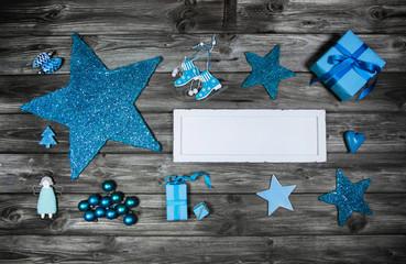 Weihnachten: Werbefläche mit Schild und Dekoration in Blau