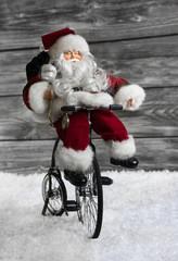 Santa Claus am Fahrrad - humorvolle Dekoration zu Weihnachten