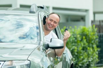 Mann mit Autoschluessel