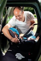 mann mit baby im auto