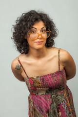 Ragazza indecisa e dubbiosa che indossa degli occhiali