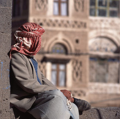 Arab man, seen from the back, with veil