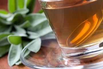 Salbeiee mit silbernen Teelöffel in Teetasse