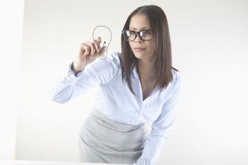 Business-Frau -Zeichnung Glühbirne