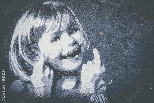 Graffiti petite fille qui sourit © PicsArt
