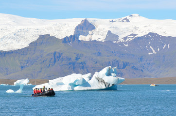 Исландия, туристы осматривают ледниковую лагуну Йокюлсаурлоун