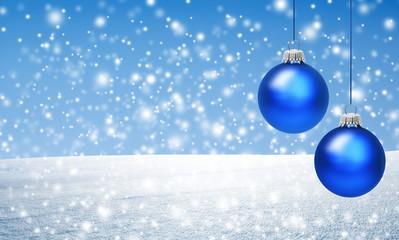 Weihnachtskugeln vor Schnee