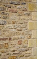 Freigestellte Natursteinmauer aus Granit mit schönen Ecksteinen