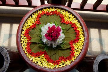 Composizione floreale in ciotola di legno