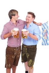 Zwei Männer in Tracht mit Bier