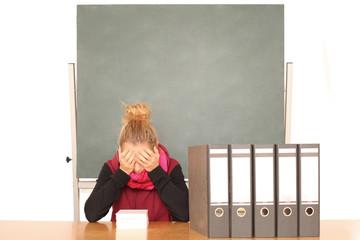 Junge Frau im Schulstress