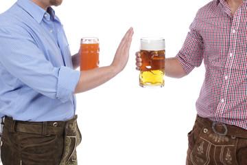 Zwei Männer in Tracht mit Bier Und alkoholfreiem Getränk