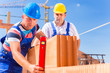 Bauarbeiter bauen Haus auf Baustelle