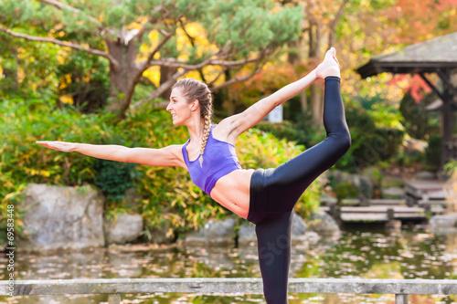 canvas print picture Frau beim Yoga Outdoor Training im Herbst