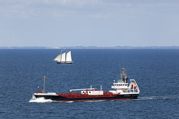 Tanker und Segelschiff auf der Ostsee