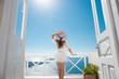 Obrazy na płótnie, fototapety, zdjęcia, fotoobrazy drukowane : Hübsche Frau im weißen Kleid auf Santorini in Creta