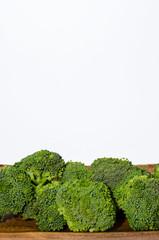 Brokkoli auf Holzbrettchen