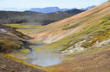 Геотермальный источник в горах Исландии