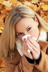 Frau mit Taschentuch im Herbst