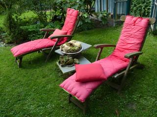 Liegestuhl aus Holz mit rosa Stoffkissen in Löhne bei Herford