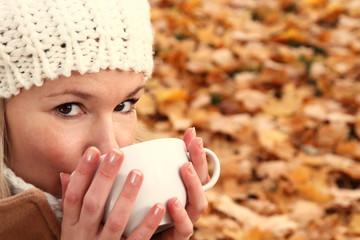 Frau mit Teetasse im Herbst